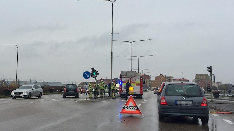 Olycksplats med brandbil och bilköer.