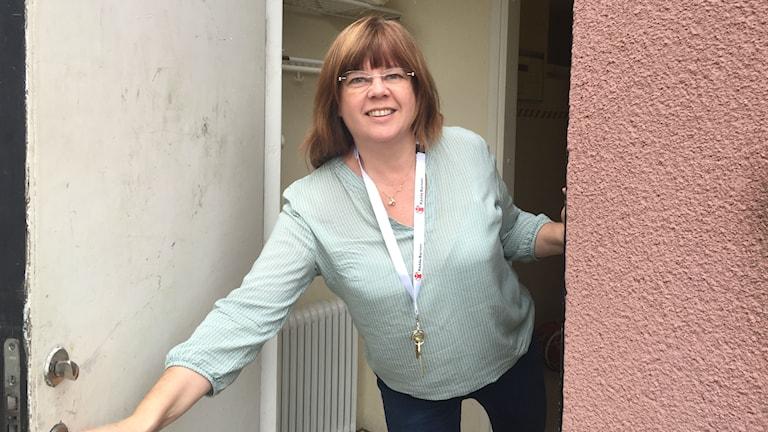 Projektledaren Carina Emma öppnar dörren till Panncentralen och ler.