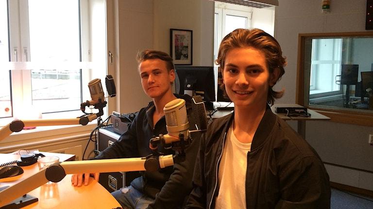 Två unga pojkar sitter i en radiostudio.