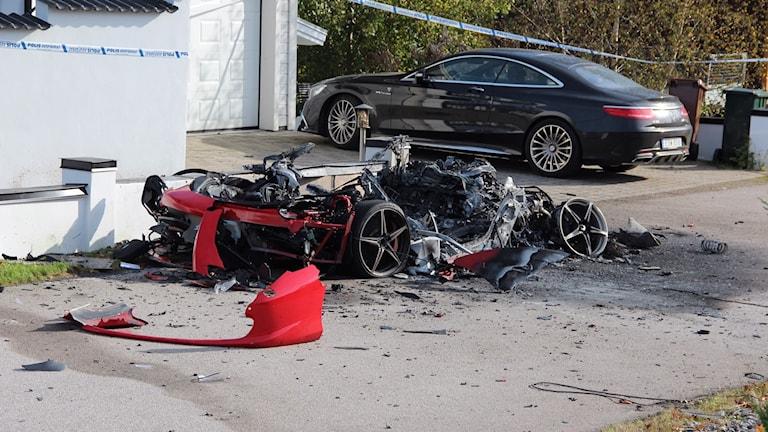 På fredagseftermiddagen valde polisen att utöka avspärrningarna kring de sprängda bilen.