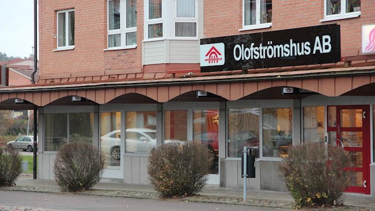 Ett tegelhus där det står Olofströmshus på