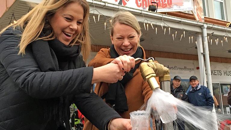 Sara Rudolfsson och Jenny Önnevik öppnar vattenkranen och inviger ledningarna.