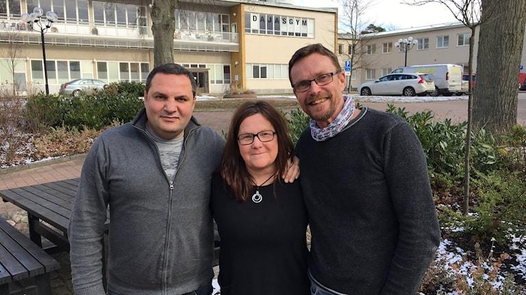 Gruppbild av Armen Darbinyan, Mia Rönnberg och Henrik Johnsson som ingår i stödteamet för barn i släktinghem vid socialen i Karlskrona.