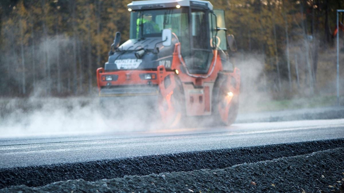 Vägvält lägger asfalt.