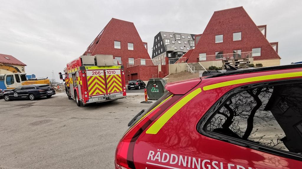 Räddningsbilar står utanför hus på Kilströms kaj.