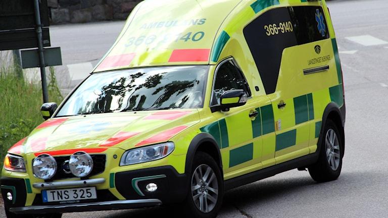 En ambulans sedd framifrån.