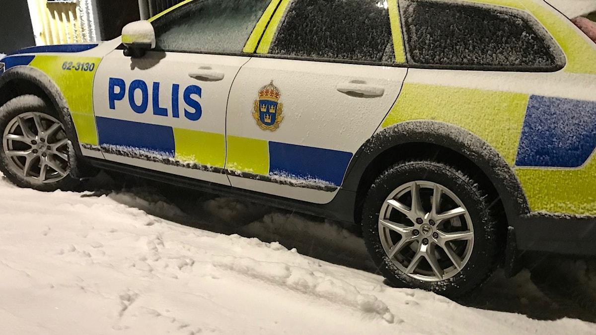 Polisbil i snö