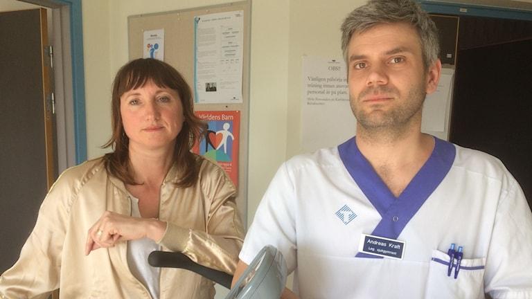 Kvinna och man i sjukhuskläder står bredvid varandra