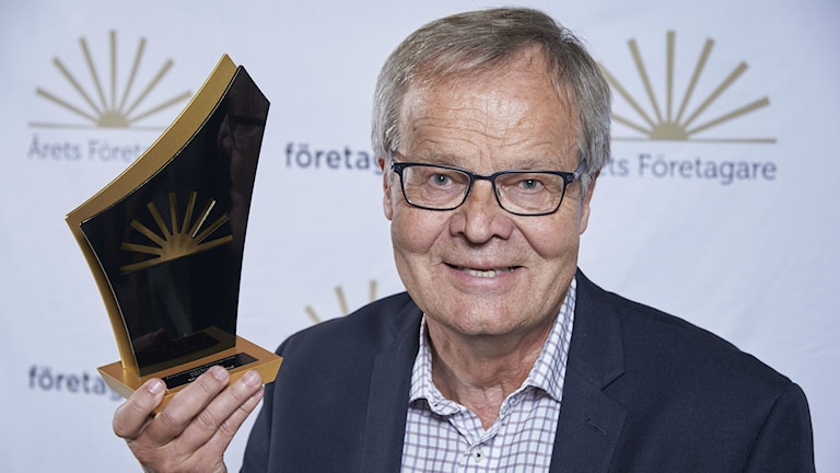 Nils Persson med priset han fått som Årets Företagare Blekinge 2016.