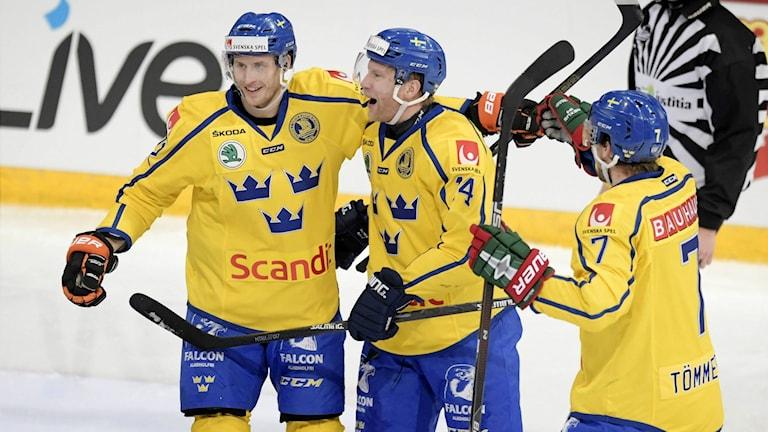 Alexander Bergström firar sin första poäng tillsammans med målgöraren Richard Gynge.