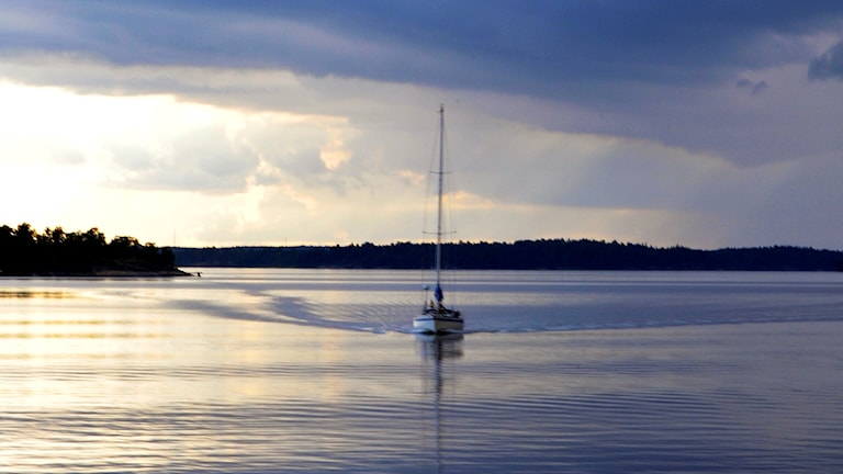 En segelbåt på havet.
