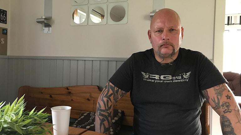 Ken Estenbjer sitter i sitt kök.