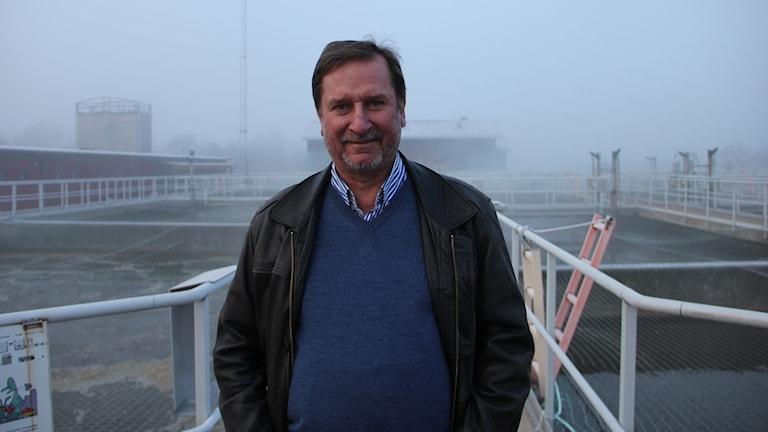 Kenneth Johansson, VA-chef i Karlskrona, står ovanpå reningsbassänger på reningsverket i Karlskrona.