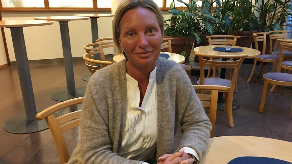 Jenny Andersson i Karlshamn, sitter vid ett bord. hon berättar om sin upplevelse i magnetkameran.