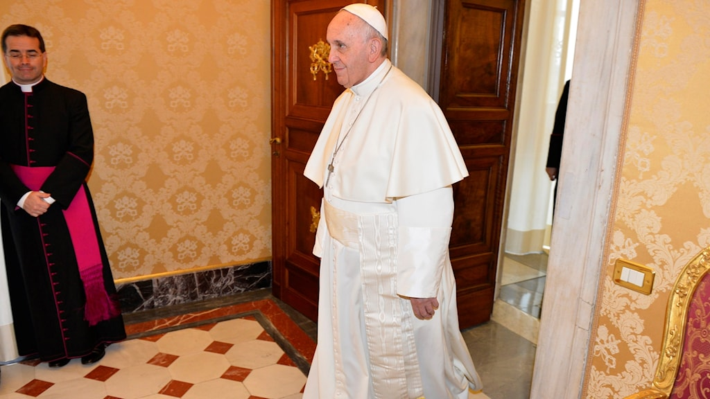 Påven stiger in i ett rum