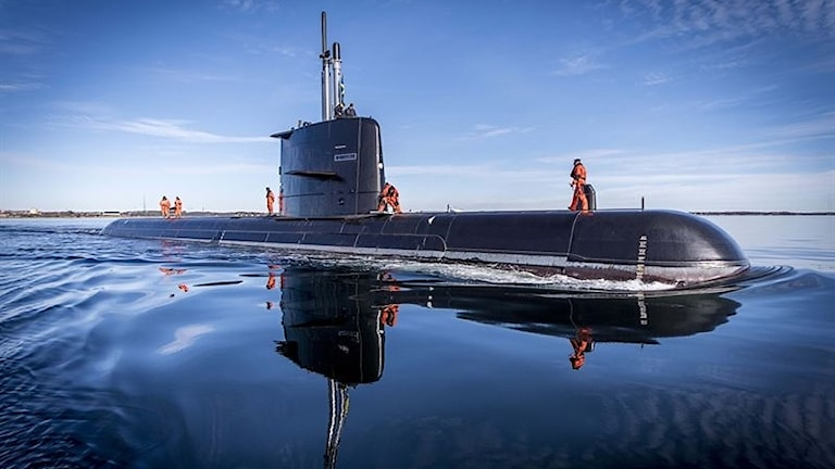 HMS Gotland ligger vid ytan.