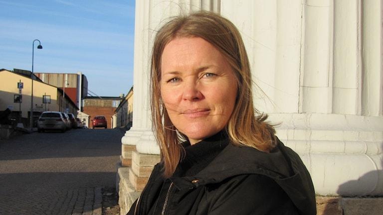 Carolina Lorentzon Nilsson framför Marinbasens huvudbyggnad.
