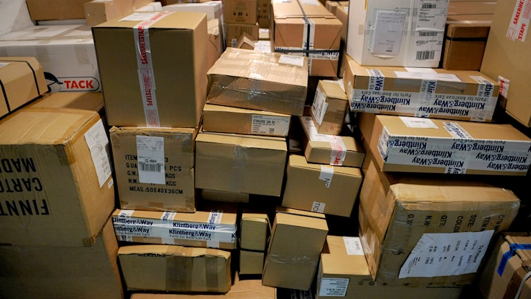 Paket som ska postas i en stor hög