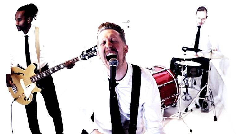 Gustav Kronkvist, bas och synt, Martin Kullberg, sång och gitarr och Johan Johansson, trummor.