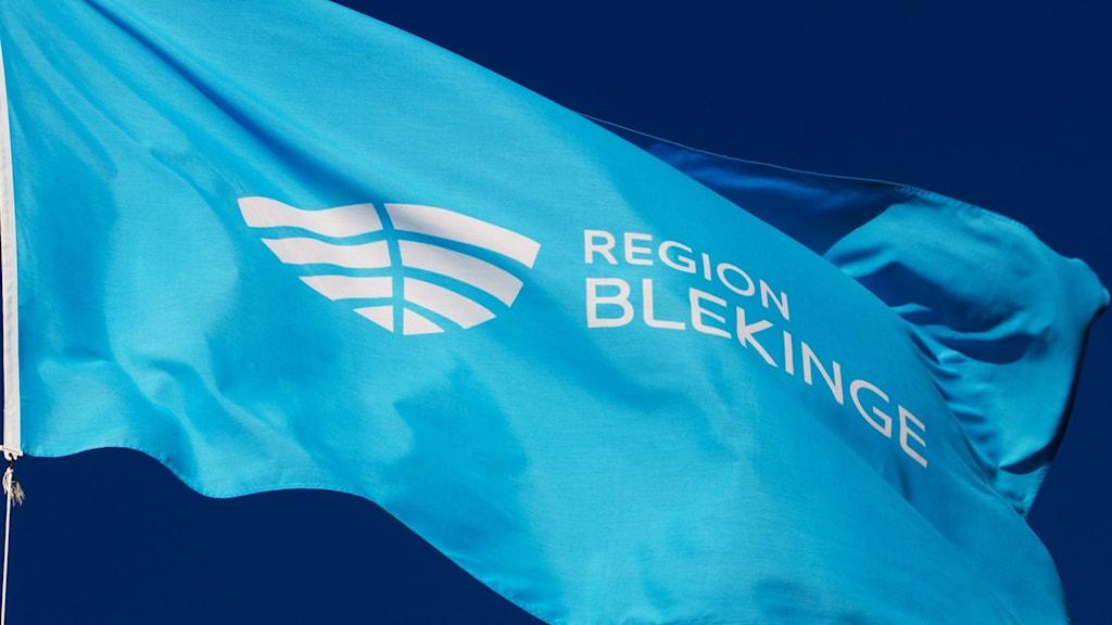 Flagga där det står Region Blekinge.