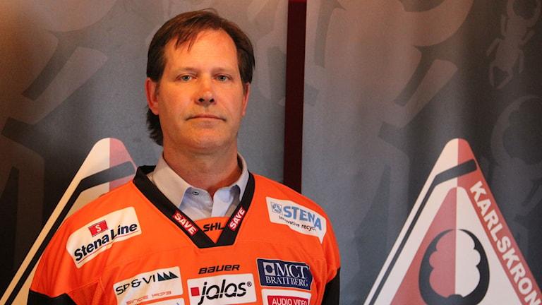 Patric Larsson i orange KHK-tröja.