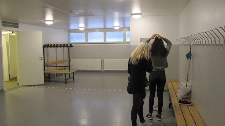 Högstadieflickor gör sig i ordning efter idrottslektionen på Wämöskolan i Karlskrona.