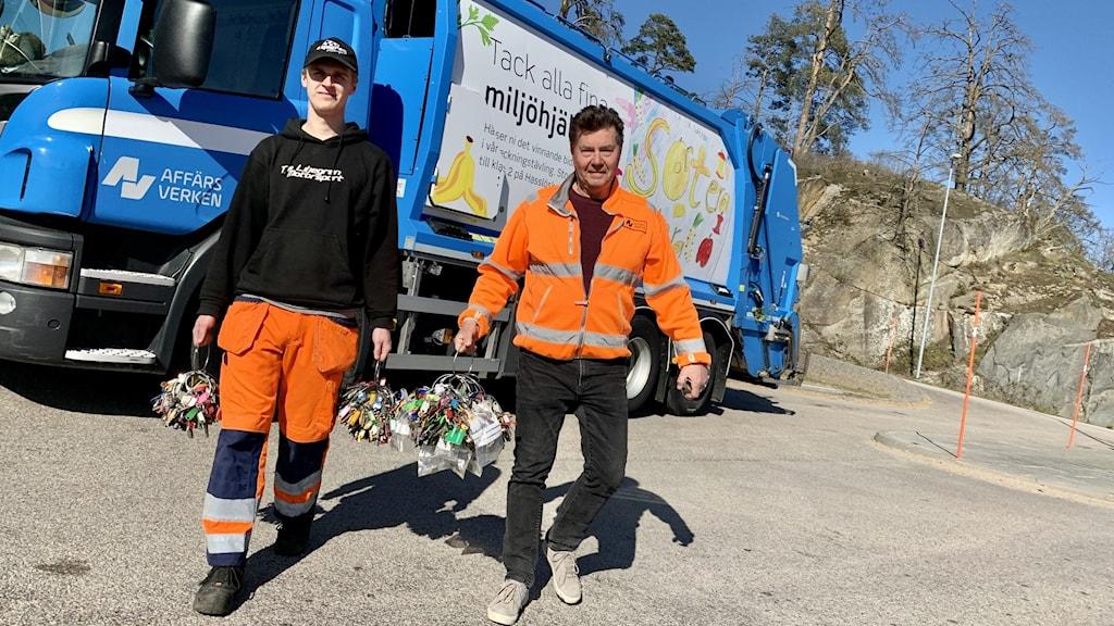 Miljöarbetarna Robin Liljegren och Hans Silverbark.