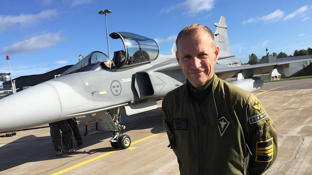 Adam Nelson, flygchef på F17 i Kallinge står framför ett Jas 39 Gripen-plan.