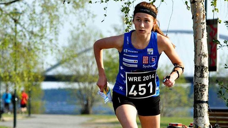 Tilda Johansson springer under en orienteringstävling.