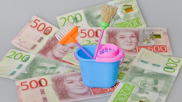 Skurhink i miniatyr med sedlar.