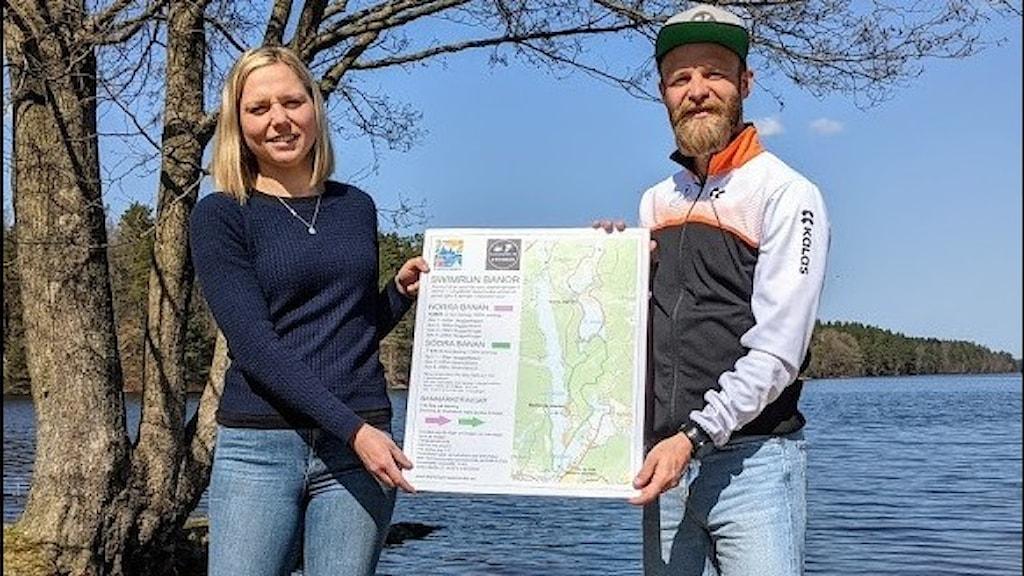 Linnea Persson och Ronald Haagensen står med en karta i handen.