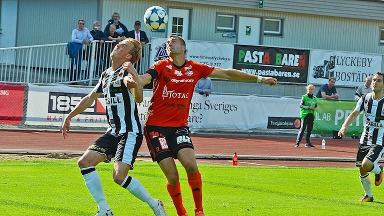 Karl Lindqvist, FK Karlskrona, i nickduell med en Landskronaspelare. Foto: Torbjörn Sunesson.