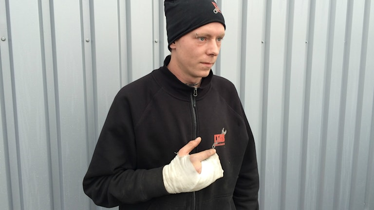 Filip Wahlberg med sin högra hand i gips.