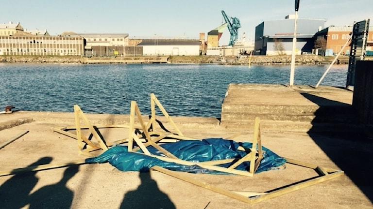 Ett söndrigt båthus ligger på Saltö pir.