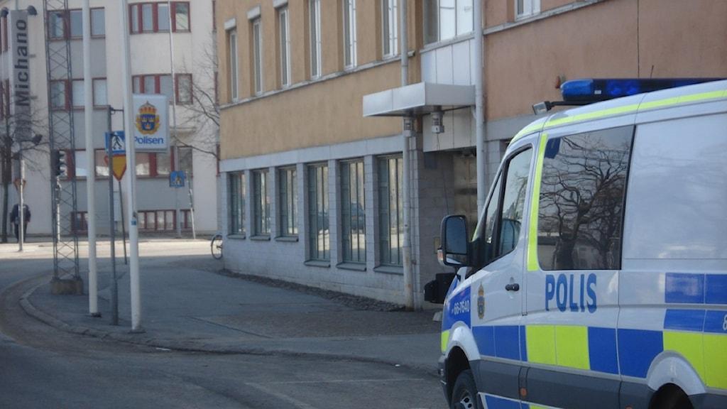 Bild på polishuset i Karlsrkona tagen utifrån. Utanför huset står en polisbuss. Foto: Kristina Klintin/SR.