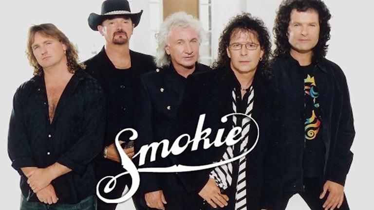 Engelska bandet Smokies fem medlemmar tittar rakt in i kameran.