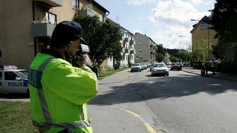polis gör hastighetsmätning