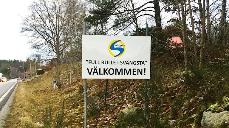 """""""Full fart i Svängsta - Välkommen"""" lyder skylten."""