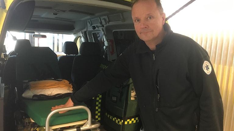 Håkan Klemetsson ambulansöverläkare framför lättvårdsambulans