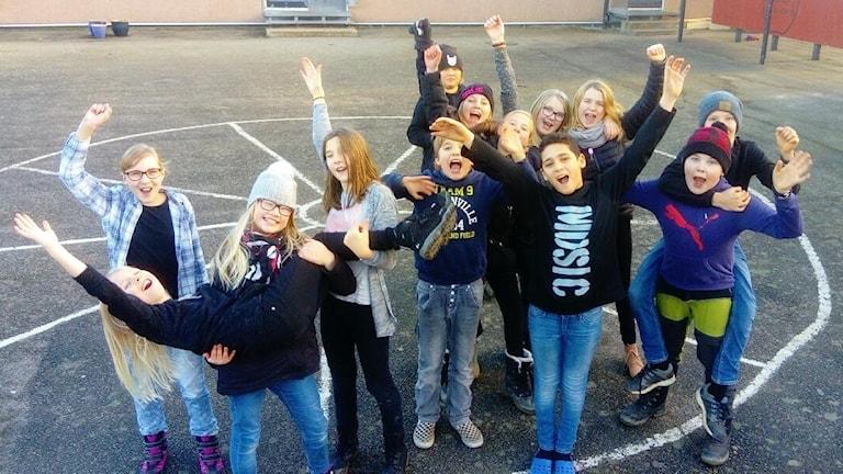 Torhamns femteklassare står på sin skolgård och jublar.