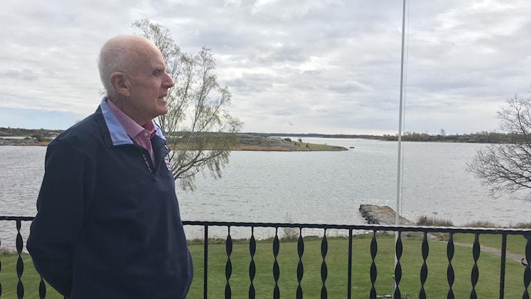 Sigvard Hallstedt står på verandan till sitt sommarställe på Sturkö.