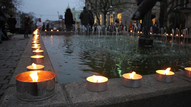 Marschaller brinner längs kanten på en fontän.