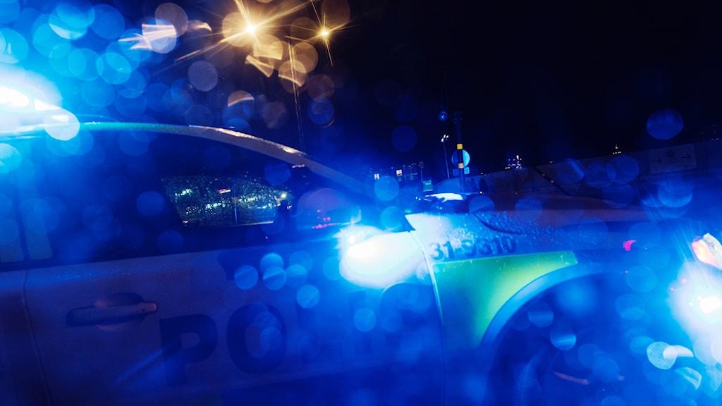Polisbil i mörker.