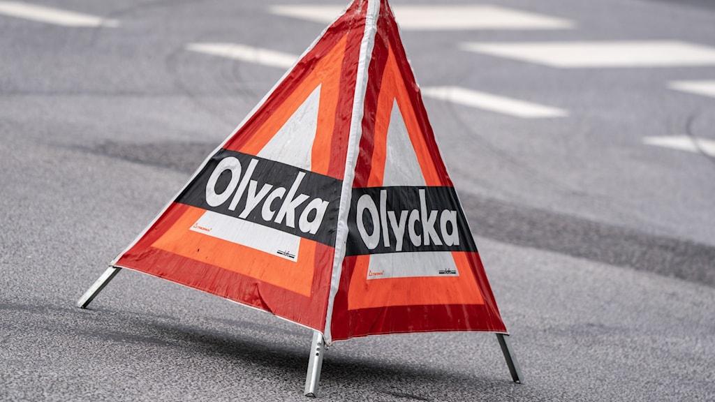 Varningspyramid utplacerad då räddningstjänsten är på plats vid en trafikolycka. Foto: Johan Nilsson/TT