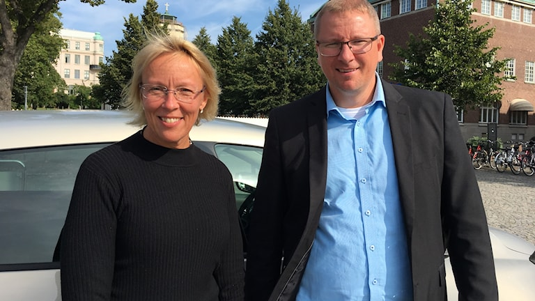 Anette Skåre och Jonas Lööf framför en elbil.