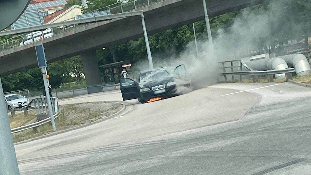 Bilen som började brinna under färden.