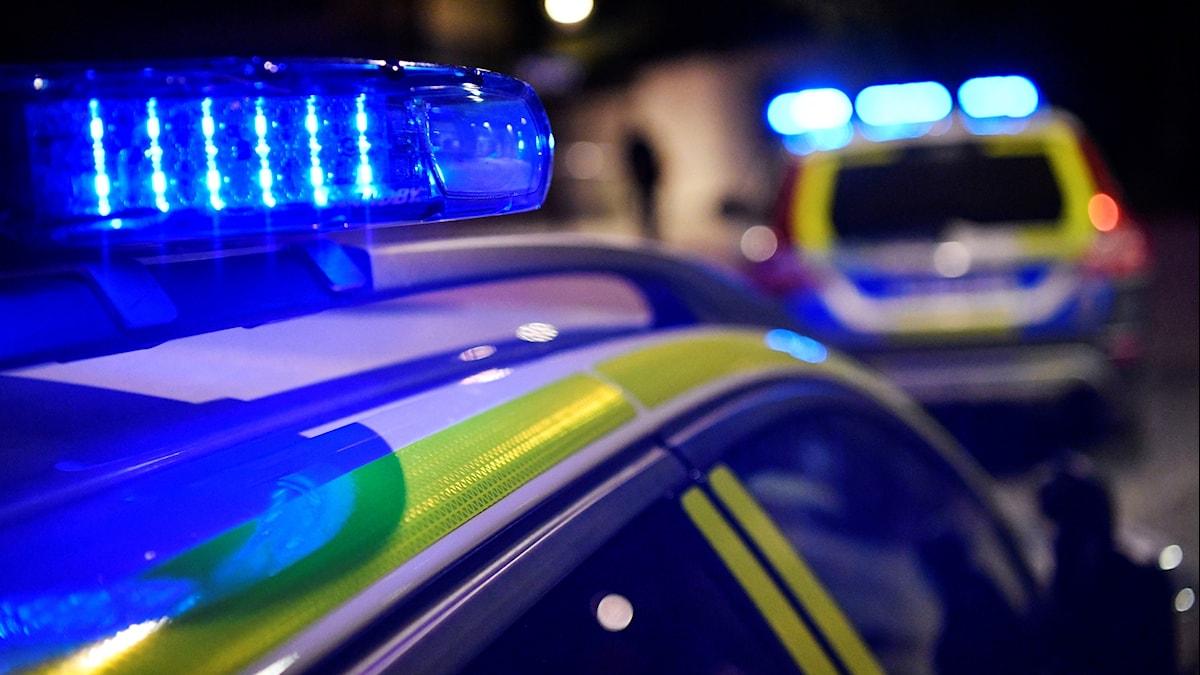 Blåljus på polisbilar.