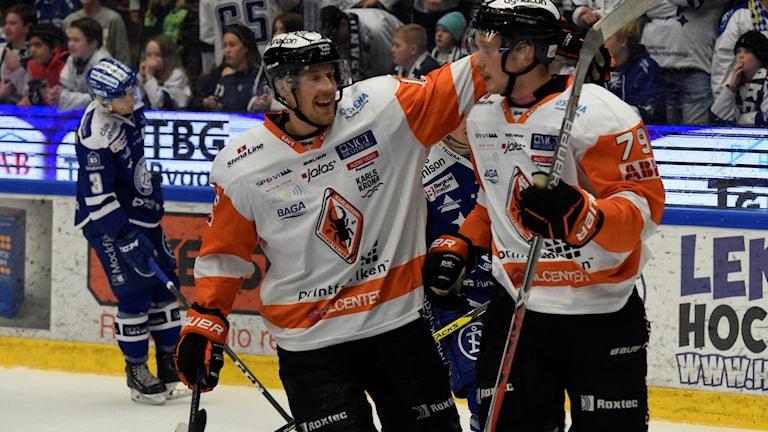 Jubel efter Karlskronas att Emil Lundberg (H) gjort 1-4 under tisdagens ishockeymatch i SHL mellan Leksands IF och Karlskrona HK i Tegera Arena.