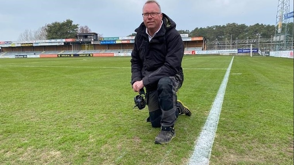Niklas Lindborg planansvarig på  Strandvallen på knä på spelplanen.