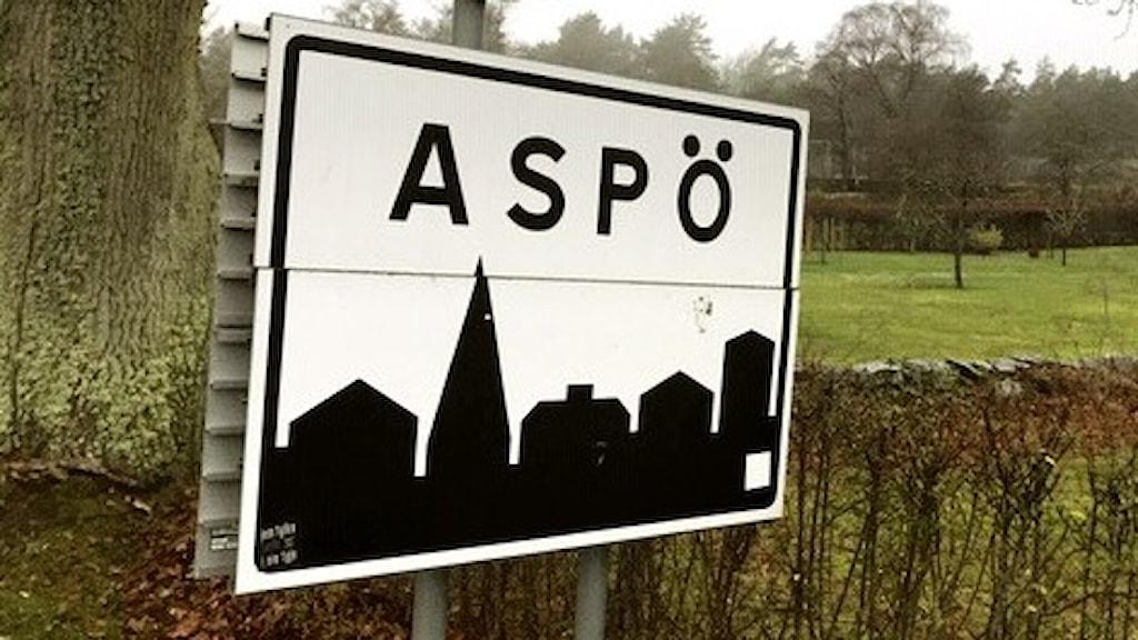 En vägskylt där det står Aspö.